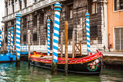 VENEDIG ITALIEN - AUGUSTI 20, 2016: Traditionella gondoler på smal kanalnärbild på Augusti 20, 2016 i Venedig, Italien Arkivfoto