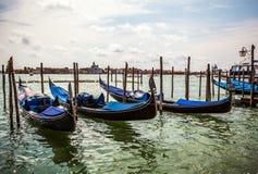 VENEDIG ITALIEN - AUGUSTI 19, 2016: Traditionella gondoler på smal kanalnärbild på Augusti 19, 2016 i Venedig, Italien Arkivbild