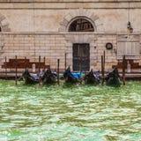 VENEDIG ITALIEN - AUGUSTI 19, 2016: Traditionella gondoler på smal kanalnärbild på Augusti 19, 2016 i Venedig, Italien Royaltyfria Bilder