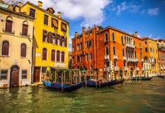 VENEDIG ITALIEN - AUGUSTI 19, 2016: Traditionella gondoler på smal kanalnärbild på Augusti 19, 2016 i Venedig, Italien Arkivfoton
