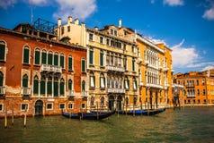 VENEDIG ITALIEN - AUGUSTI 19, 2016: Traditionella gondoler på smal kanalnärbild på Augusti 19, 2016 i Venedig, Italien Royaltyfria Foton