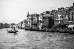 VENEDIG ITALIEN - AUGUSTI 19, 2016: Traditionella gondoler på smal kanalnärbild på Augusti 19, 2016 i Venedig, Italien Royaltyfri Bild