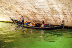 VENEDIG ITALIEN - AUGUSTI 19, 2016: Traditionella gondoler på smal kanalnärbild på Augusti 19, 2016 i Venedig, Italien Arkivbilder