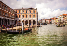 VENEDIG ITALIEN - AUGUSTI 19, 2016: Traditionella gondoler på smal kanalnärbild på Augusti 19, 2016 i Venedig, Italien Royaltyfri Foto