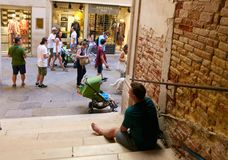 Venedig Italien - Augusti 14, 2017: turister vilar i skuggan av bron Arkivbild