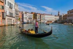 VENEDIG ITALIEN - AUGUSTI 21, 2016: Turistritt i gondol i Gra Arkivfoto