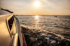 VENEDIG ITALIEN - AUGUSTI 20, 2016: Vaporetto på Grand Canal i Venedig på Augusti 20, 2016 i Venedig, Italien Royaltyfri Bild