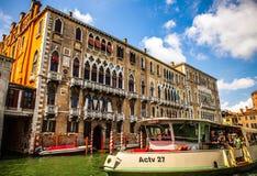 VENEDIG ITALIEN - AUGUSTI 19, 2016: Vaporetto på Grand Canal i Venedig på Augusti 19, 2016 i Venedig, Italien Fotografering för Bildbyråer