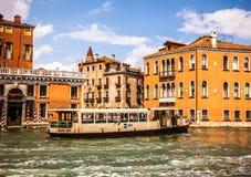 VENEDIG ITALIEN - AUGUSTI 19, 2016: Vaporetto på Grand Canal i Venedig på Augusti 19, 2016 i Venedig, Italien Arkivfoto