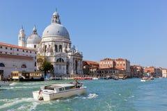 Venedig, Italien. Basilika Santa Maria della Salute und Grand Canal Stockbilder