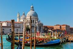 Venedig, Italien. Basilika Santa Maria della Salute und Grand Canal Lizenzfreie Stockfotos