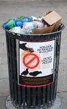 VENEDIG ITALIEN - CIRCA AUGOST 2014: Varning: Mata inte pigen Arkivbilder