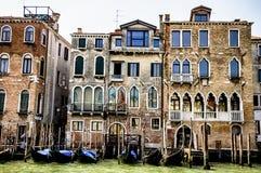 Venedig, Italien Das Palazzo Orio und Casa Santomaso mit Gondeln Lizenzfreies Stockfoto