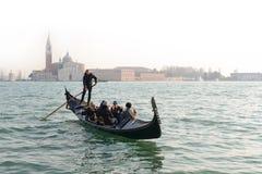 VENEDIG ITALIEN - DECEMBER 15: Traditionell gondol med turisten Fotografering för Bildbyråer