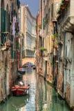 Venedig Italien. En romantisk kanal och bro Arkivbild