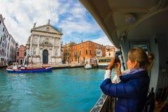 Venedig Italien fönster på havswoowen fotografering för bildbyråer