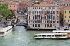 Venedig, Italien, fartyg och byggnader på vattnet Arkivbilder