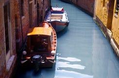 Venedig, Italien, fartyg och byggnader på vattnet Royaltyfri Fotografi