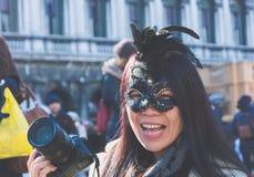 Venedig, Italien, am 6. Februar 2016: lächelnder Tourist mit Kamera an Venedig-Karneval Der Karneval von Venedig ist ein jährlich lizenzfreie stockbilder