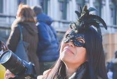 Venedig, Italien, am 6. Februar 2016: lächelnder Tourist mit Kamera an Venedig-Karneval Der Karneval von Venedig ist ein jährlich stockbilder