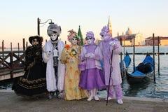 VENEDIG, ITALIEN - 24. FEBRUAR 2014: Nicht identifizierte Person in den venetianischen Masken an St. markiert Quadrat Lizenzfreies Stockfoto
