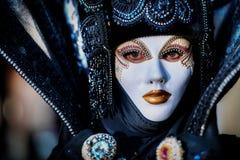 VENEDIG, ITALIEN - 8. FEBRUAR: Nicht identifizierte Person in der venetianischen Maske Lizenzfreies Stockfoto
