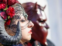 Venedig, Italien, am 6. Februar 2016: Paare in den Kostümen und Masken am St- Markquadrat während des Venedig-Karnevals lizenzfreies stockbild
