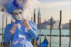 VENEDIG ITALIEN - FEBRUARI 26, 2011: Den blåa maskeringen från karnevalet och kyrkan San GIorgio Maggiore Royaltyfria Bilder