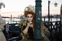 Venedig Italien - Februari 25, 2017: Famouse Venedig karneval maskering Fotografering för Bildbyråer