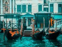 Venedig/Italien 19 februari 2019: Gondols symbolet av venice som parkeras i kanalen arkivfoto