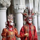 Venedig Italien - Februari 5, 2018: kvinna och man med fantastiskt r Arkivfoton