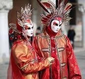 Venedig Italien - Februari 5, 2018: kvinna och man med rött och gol Arkivfoto