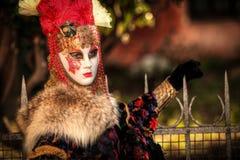 VENEDIG ITALIEN - FEBRUARI 8: Oidentifierad person i den Venetian maskeringen Fotografering för Bildbyråer
