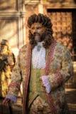VENEDIG ITALIEN - FEBRUARI 8: Oidentifierad person i den Venetian maskeringen Arkivfoton