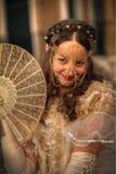 VENEDIG ITALIEN - FEBRUARI 8: Oidentifierad person i den Venetian maskeringen Royaltyfria Foton