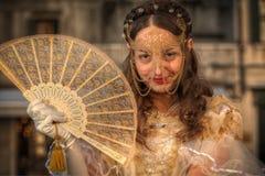 VENEDIG ITALIEN - FEBRUARI 8: Oidentifierad person i den Venetian maskeringen Royaltyfri Foto