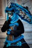 VENEDIG ITALIEN - FEBRUARI 8: Oidentifierad person i den Venetian maskeringen Royaltyfri Fotografi