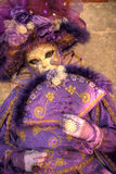 VENEDIG ITALIEN - FEBRUARI 8: Oidentifierad person i den Venetian maskeringen Arkivbilder