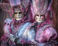 VENEDIG ITALIEN - FEBRUARI 8: Oidentifierat folk i den Venetian maskeringen Fotografering för Bildbyråer