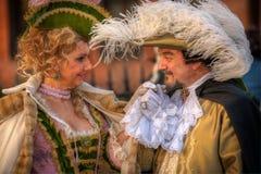 VENEDIG ITALIEN - FEBRUARI 8: Oidentifierat folk i den Venetian maskeringen Royaltyfri Foto