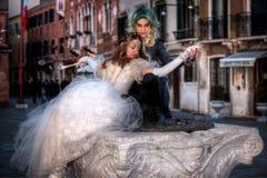 VENEDIG ITALIEN - FEBRUARI 8: Oidentifierat folk i den Venetian maskeringen Arkivbilder