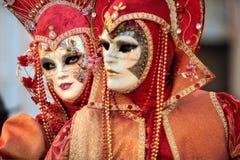 VENEDIG ITALIEN - FEBRUARI 8: Oidentifierat folk i den Venetian maskeringen Royaltyfria Bilder