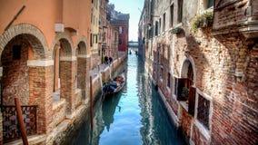 Venedig Italien - Februari 17, 2015: Sikt från en av de många kanalerna av Venedig Royaltyfri Foto