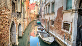 Venedig Italien - Februari 17, 2015: Sikt från en av de många kanalerna av Venedig Royaltyfri Bild