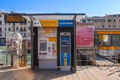 Venedig Italien, Februari 14, 2017 Venedig stad av Italien Automatiska biljetter som säljer maskinen för färja på Grand Canal royaltyfri foto