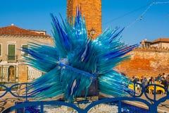 Venedig Italien, Februari 14, 2017 Venedig stad av Italien Blå skulptur som göras av muranoexponeringsglas på den Murano ön Royaltyfri Fotografi