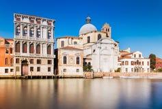 Venedig Italien: Gatan av Venedig, gamla hus och San Geremia Church Royaltyfri Bild