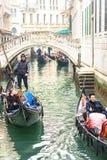 VENEDIG, ITALIEN - 02 23 2019: Glückliche Gesichter von Leuten in den Gondeln auf Grand Canal während des Karnevals in Venedig lizenzfreie stockfotos
