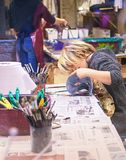 VENEDIG, ITALIEN - 02 23 2019: Glückliches Gesicht von Händen des kleinen Jungen mit Venedig-Traditionskarnevalsmaske, Malerei, m lizenzfreies stockfoto