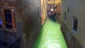 """Venedig Italien - 16 08 2018: gondolen med turister i de smala kanalerna av Venice†""""lagerför längd i fot räknat arkivfilmer"""